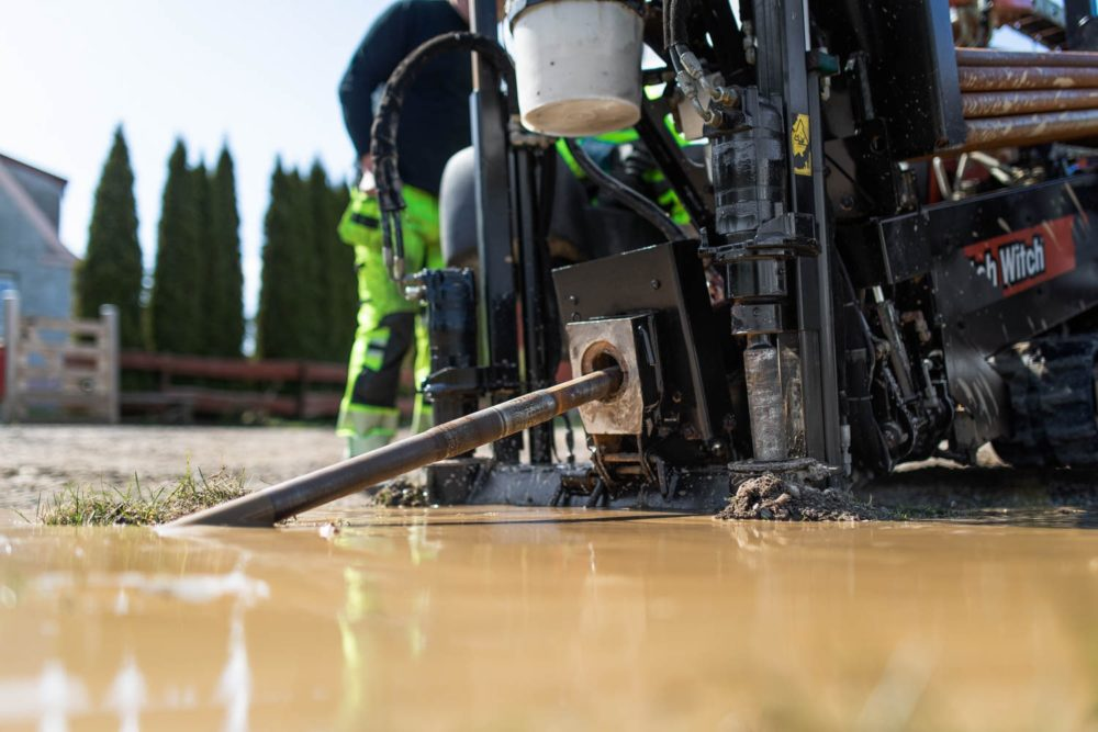 Borrmaskin som borras under marken för att lägga fiber